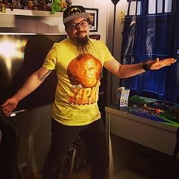 Geek Fuel unboxer with exclusive Star Trek Kirk shirt